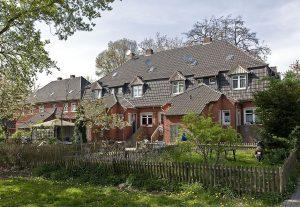 Blick auf die Rückseite der Häuser, über die Freiflächen und die Gärten der Bewohner.