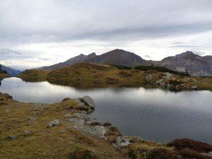 Der Krummschnabelsee, ein Moorsee mit bis zu 24 Grad Wassertemperatur, eignet sich hervorragend, um kurz Rast zu machen, die Aussicht zu genießen und ein Bad zu nehmen. - Foto: Dieter Warnick