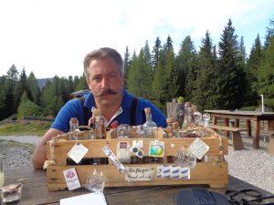 Auf der Tauernkaralm hat Hüttenwirt Jürgen das Sagen und bewirtet die Gäste nicht nur flüssig. Die Hütte wurde 1759 erbaut und liegt auf 1685 Meter. - Foto: Dieter Warnick