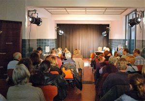 """Gebannt warten die Zuschauer auf dem Beginn der Vorstellung im Theater """"Halbe Treppe""""."""