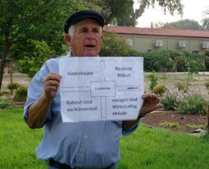 Ein Kibbuzim präsentiert den Ursprungsplan seines Kibbuz aus den zwanziger Jahren.