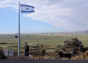 Überbleibsel des Sechs-Tage-Krieges, in dem Israel die Golan-Höhen einnahm. Links neben der Fahne stehen zwei Gedenksteine, die an Gefallene Israelis erinnern.