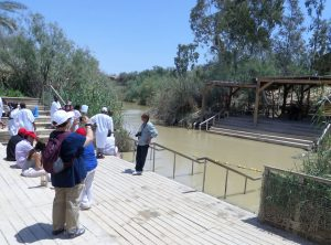 Die Mitte des Jordan bildet die Grenze zwischen Israel und Jordanien und wird von beiden Seiten bewacht. Als der Fluss noch ungeteilt war, taufte an dieser Stelle Johannes der Täufer Jesus Christus. Heute steigen viele Christen in weißen Gewändern in die Fluten und taufen sich.