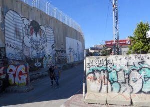 Die Grenzmauer zwischen dem palästinischen Autonomiegebiet und Israel; hier die Mauer in Bethlehem von palästinensischer Seite aufgenommen.