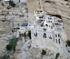 Am Felsenhang der Qilt-Schlucht klebt das griechisch-orthodoxe Kloster St. Georg, das im 5. Jahrhundert zu Ehren der Jungfrau Maria gegründet wurde.