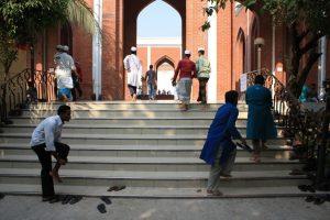 Vor der Moschee.