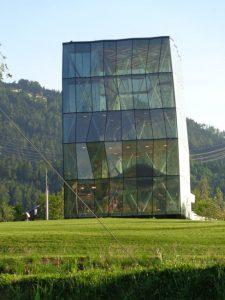 Fassade des Spielturms besteht aus 160 kristallinen Facetten, wobei keine der anderen gleicht. - Foto: Dieter Warnick