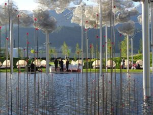 Im mit schwarzem Wasser gefluteten Spiegelteich tanzen 2000 kristalline Firefiles wie funkelnde Leuchtkäfer durch die Luft. - Foto: Dieter Warnick