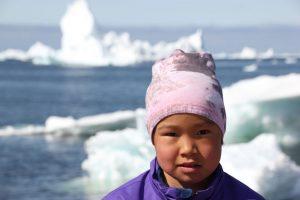 Das kleine Inuit-Mädchen wirkt ein bisschen scheu.