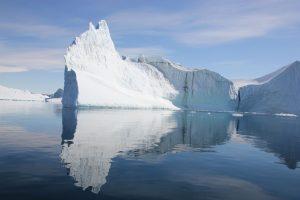 Bei diesen Spiegelungungen der Eisberge kann man sich nicht sattsehen.