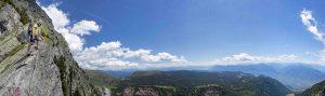 Der Panoramablick vom Geistergrat an Schennas neuem Klettersteig Heini Holzer reicht bis zu den Dolomiten. - Foto: TV Schenna / Christjan Ladurner