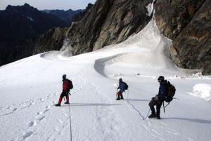 Reisende, die auch den Gipfel des Ruwenzori erklimmen möchten, benötigen darüber hinaus eine gute Gletscherausrüstung. - Foto: KPRN