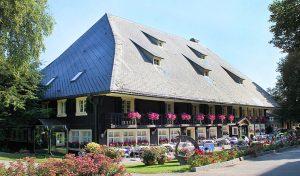 Das Schwarzwaldhaus beherbergt die Restaurants sowie weitere Zimmer.