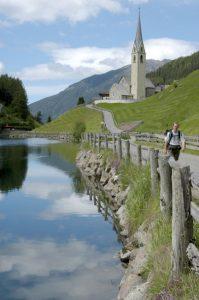 Weiter hinten im Tal kommt der Durnholzer See mit der Kirche zum heiligen Nikolaus zum Vorschein.