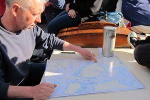 Das Wetter sagt, wo es lang geht. Der Skipper erläutert seinen Törnvorschlag.