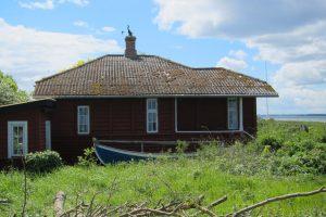 Holzhaus und Holzboot auf Langeland.