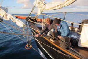 Zwei Crewmitglieder machen die Vorleine fest.