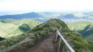 Vom Pico da Cruz überblickt man die Krater- und Seenlandschaft.