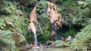 Das Waldbad Caldeira Velha ist ein enstpannendes Erlebnis mit einem natürlichen Wasserfall.