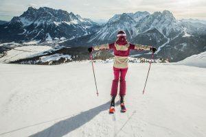 """Unter dem Motto """"Mein erfolgreicher Skistart"""", gewöhnen sich die Teilnehmer beim """"Grüne-Pisten-Führerschein"""" an die Ausrüstung und machen mit dem Skilehrer erste Gleit- und Schussübungen. - Foto: Tiroler Zugspitz Arena / C. Jorda"""