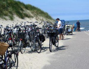 Holland und Radfahren gehören zusammen. Mit dem Fiets kommt man überall hin, auch zum Strand. Dort sind die Parkplätze für die Räder gut belegt, aber auf dem breiten Strand verlaufen sich die Besucher.
