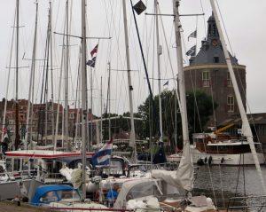 """Die Bootseigner in Enkhuizen müssen sich entscheiden , ob sie lieber auf dem Ijssel- oder dem Markermeer ihr Boot bewegen. Das Ijsselmeer ist der größere See, der durch Eindeichung entstanden ist und aus einem großen Teil der Zuidersee besteht. Das Wort Meer bedeutet übrigens in den Niederlanden """"Binnensee""""."""