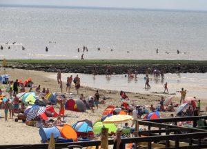 Strandkörbe wie an der deutschen Nord- und Ostseeküste sieht man an holländischen Stränden nicht und auch Sandburgen, von deutschen Urlaubern errichtet, werden immer seltener. Dennoch ist der Grad der Entspannung am breiten Sandstrand hoch, auch wenn die Sonne mal etwas weniger scheint.