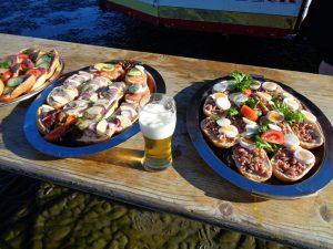 Ein Gastronom von der Insel Neuwerk hatte die Idee, Wattwanderer mit Fischbrötchen und Getränken zu versorgen. - Foto: Dieter Warnick