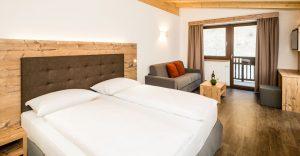 Bei den Suiten und Junior-Suiten im modernen Tiroler Stil wurde an alles gedacht, was Paaren und Familien ihren Urlaubsaufenthalt im Hotel Almina maximale Erholung bringt.