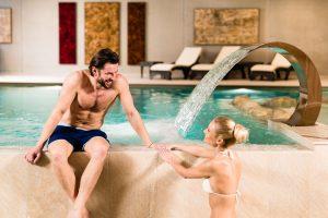 Das moderne Hallenbad mit Natursteinecke lädt dazu ein, verspannte Muskeln zu lockern.