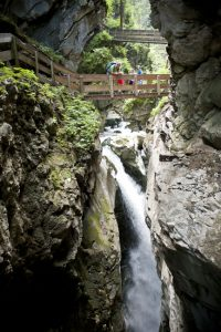 Die Gilfenklamm, eine der einzigartigen Sehenswürdigkeiten der Alpen. Das Wasser stürzt durch eine aus Ratschinger Marmor bestehende Schlucht. An einer Stelle überrascht ein 15 m hoher Wasserfall.