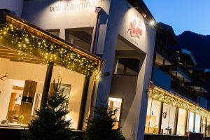 Ob im Winter, Sommer oder Herbst: Rund um das Hotel Almina ist immer etwas los; ob Sterzinger Bauernmarkt, ein Tanzabends im Stadttheater oder ein Event im Kräutergartens Wipptal Steirerhof.