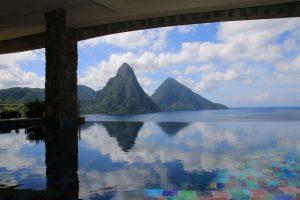 Die Pitons gesehen von der Terrasse des Jade Mountain Hotels - mit Spiegelung auf dem Pool.