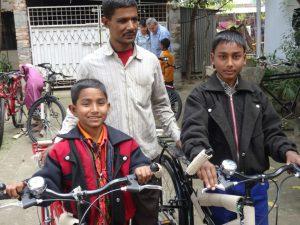 Blinder Vater mit zwei Söhnen. Die Familie hat beim Einsturz der Textilfabrik die Mutter verloren.