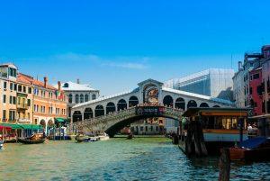 Venedig ist Station auf vielen Kreuzfahrten. Foto: pixabay.com / jarekgrafik