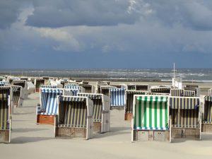 Strandkörbe warten vergeblich auf Besuch. - Foto: Dieter Warnick