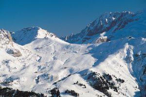 Die Skipisten sind weitläufig, die Berge schroff und steil.