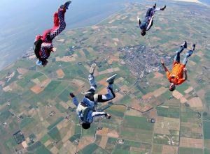 Das Texeler Paracentrum hat sich in seiner 35-jährigen Existenz auf dem Flugplatz Texel einen guten Ruf erworben. Sie können hier ruhigen Gewissens den First Jump Course buchen, der eine eintägige Grundausbildung umfasst, an dessen Ende Ihr erster Fallschirmsprung steht.