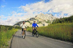 Radfahrer kommen in den Genuss großartiger Landschaftsformationen. - Foto: Lake Louise