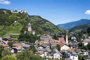 Ein Blickfang ist die Künstlerstadt Klausen mit dem weit über die Grenzen Südtirols hinaus bekannten Kloster Säben. - Foto: Helmuth Rier