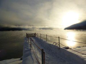 Mystische Stimmung: Nebelschwaden ziehen über den Achensee. – Foto: Anke Sieker