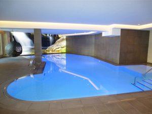 Der neue Indoor-Pool wechselt die Farben. – Foto: Anke Sieker
