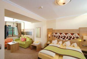 Blick in ein Komfortzimmer. – Foto: Hotel Post am See