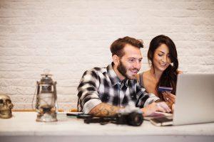 Wenn das Traumziel in weiter Ferne liegt, weil das Urlaubsbudget nicht ausreicht, kann ein Bankkredit gute Dienste leisten. Aber am besten nicht der teure Dispo. Foto: © istock.com/Marco_Piunti