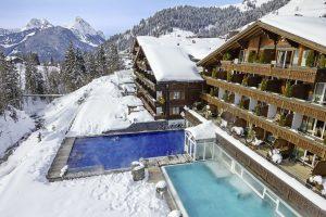 Das Ermitage Wellness- & Spa-Hotel in Gstaad-Schönried zeichnet sich durch glamourös-individuelle Designwelten, persönliche Gastlichkeit und eine der schönsten und mit 3.500 qm größten Wellness-Landschaften im Berner Oberland aus. Foto: Ermitage Wellness & Spa Hotel
