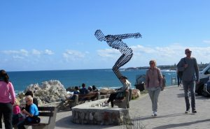 An der Strandpromenade von Hermanus kennen die Touristen nur eine Blickrichtung: Hinauf aufs Meer. Ab August bringen in der geschützten Bucht die Südkaper, eine Walart, dort ihre Jungen zur Welt und sind gut zu beobachten. Hermanus ist die Wal-Metropole Südafrikas.
