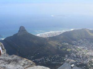 """Vom Tafelberg zu sehen ist Robben Island. Das dortige Hochsicherheitsgefängnis war zwanzig Jahre lang """"Heimat"""" für Nelson Mandela und Mittelpunkt des Protestes gegen das Apartheidsregime."""