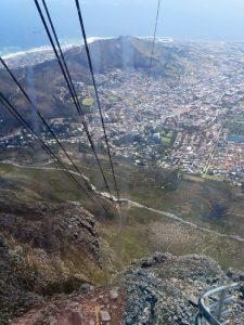 Ein Blick von der Seilbahn-Station auf dem Tafelberg hinunter nach Cape Town. Am oberen Bildrand ist das Stadion der Fußballweltmeisterschaft zu erkennen und dahinter liegt die Victoria & Alfred Waterfront.