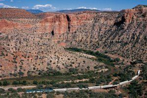 Wie eine Cobra schlängelt sich dieser Zug durch den Grand Canyon. - Foto: Arizona Office of Tourism