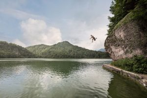 Zahlreiche kleinere Gewässer (hier der Hechtsee) rund um Kufstein laden zu einem beherzten Sprung ein. - Foto: TVB Kufsteinerland / Lolin